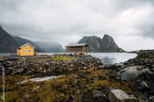 Tuinposter Kust Norway, Lofoten, remote yellow house at rocky coast