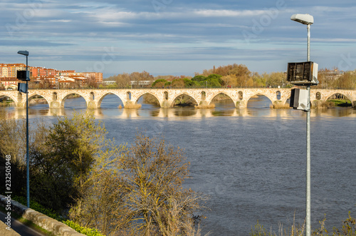 Foto op Plexiglas Brug Old stone bridge in Zamora, Spain