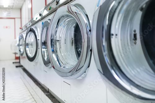 Photographie laverie linge laver machine propre nettoyer magasin boutique tambour lessive cot