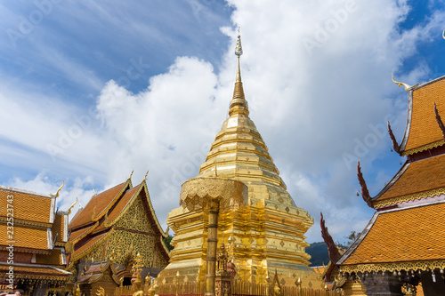 Foto  Wat Phra That Doi Suthep is a Theravada buddhist temple at beautiful near Chiang