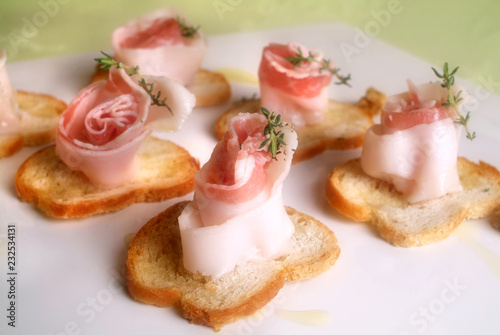 Pinturas sobre lienzo  Italian food recipes spiced with herbs Colonnata lard rolls on toasted bread slices