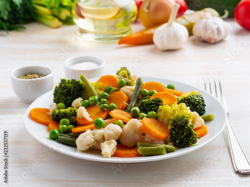 Fototapeta Mix of boiled vegetables, steam vegetables for dietary low-calorie diet. Broccoli, carrots, cauliflower, side view obraz