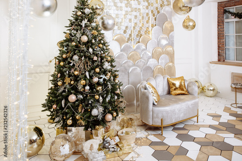 Stylish Christmas living room decor in gold and silver tones ...