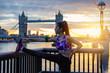 canvas print picture - Athelitsche Frau macht ihr morgendliches Stretching bei Sonnenaufgang in der Stadt