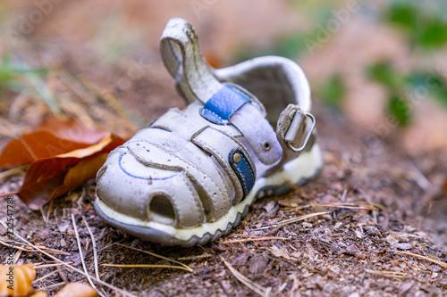 Fotografie, Obraz  Verbrechen / Entführung? - ein einzelner, kleiner  Kleinkindschuh, der allein im
