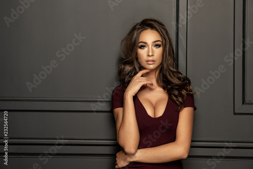 Fotografia  Sensual beautiful brunette woman posing in dress