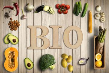 Fototapeta Wort BIO und verschiedene Gemüse auf Holzhintergrund