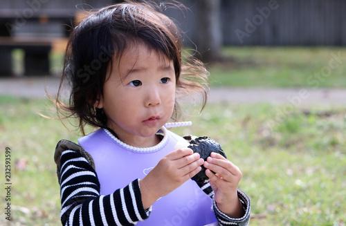 Fotografía  おにぎりを食べる女の子