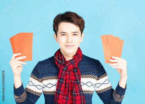 Fotografía  smiling asian man showing the red envelope