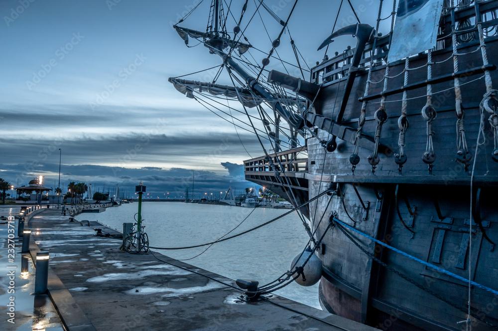 Fototapeta Galeón pirata en el puerto