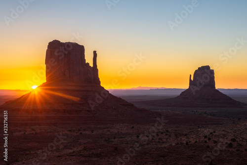 Photo Stands Melon East and West Mitten Buttes at sunrise, Monument Valley Navajo Tribal Park on the Arizona-Utah border, USA