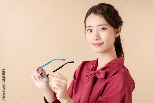 Obraz 眼鏡をはずす女性 - fototapety do salonu