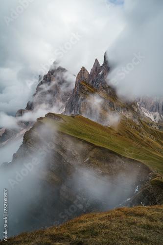 Aussicht auf die Geislerspitzen in den Dolomiten Südtirols bei starkem Nebel Wallpaper Mural