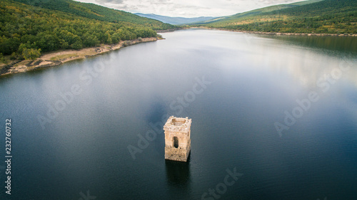 """Torre de la iglesia del pueblo """"La Muedra"""" hundida en un pantano. Soria, españa"""