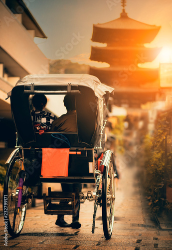 Fényképezés  rickshaw in narrow street of yasaka shrine one of most popular traveling destin