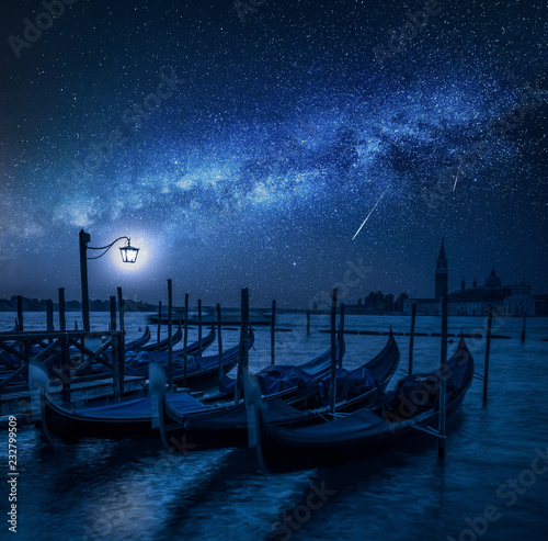 Papiers peints Con. ancienne Swinging gondolas in Venice at night with stars, Italy