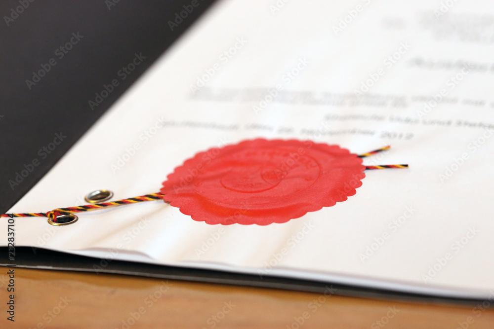 Fototapeta Notarieller Vertrag mit rotem Dienstsiegel