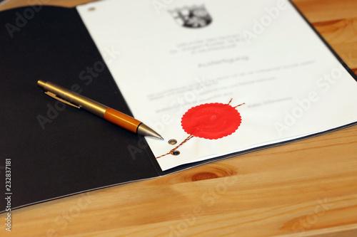 Tela Notarieller Vertrag mit rotem Dienstsiegel