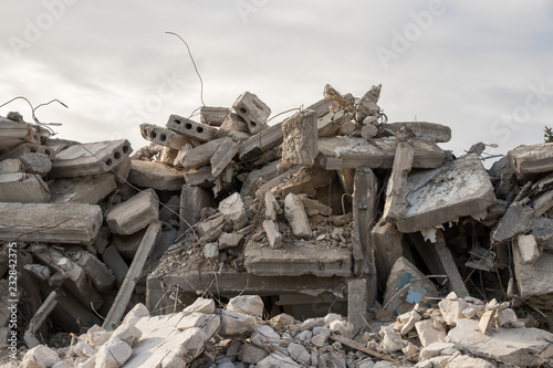 Fotografía  destroyed building - concrete and metal debris of a destroyed building - destro