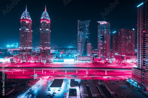 Piękny widok na Dubaj i Sheikh Zayed Rd, Zjednoczone Emiraty Arabskie. Panorama miasta. Efekt długiej ekspozycji w nocy. Duotone retro wave neon noir świeci kolorami