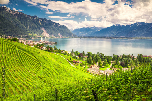 Photo Montreux city with Swiss Alps, lake Geneva and vineyard on Lavaux region, Canton Vaud, Switzerland, Europe