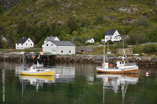 Recess Fitting Port Moskenes, Moskenesøya, Hafen, Lofoten, Fähre, Fährhafen, Fähranleger, Bodø, Nordland, Norwegen, Hafenbecken, Schiff, Boot, Fischerboot, Haus, Wohnhaus,