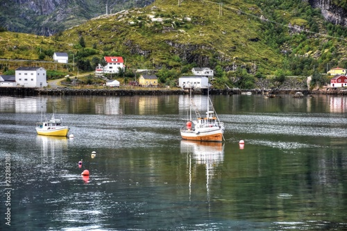 Foto op Aluminium Poort Moskenes, Moskenesøya, Hafen, Lofoten, Fähre, Fährhafen, Fähranleger, Bodø, Nordland, Norwegen, Hafenbecken, Schiff, Boot, Fischerboot, Haus, Wohnhaus,