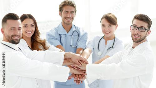 Plakat Lekarze i pielęgniarki układanie rąk. koncepcja wzajemnej pomocy.