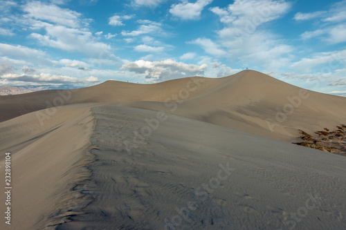 Foto  Wind scolpe sand to form the intriguing Mesquite Sand Dunes, Death Valley Nation