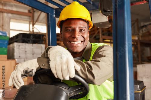 Fototapeta Afrikanischer Logistik Mann als Staplerfahrer