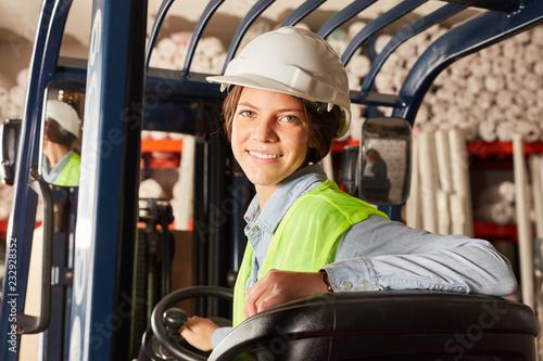 Valokuvatapetti Junge Frau in der Ausbildung zum Staplerfahrer