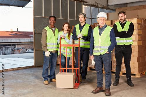 Logistik Team mit Sackkarre in einer Lagerhalle
