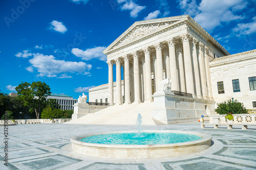 Foto op Plexiglas Historisch geb. Bright scenic view of the neo-classical facade of the United States Supreme Court building from the plaza fountain under blue sky