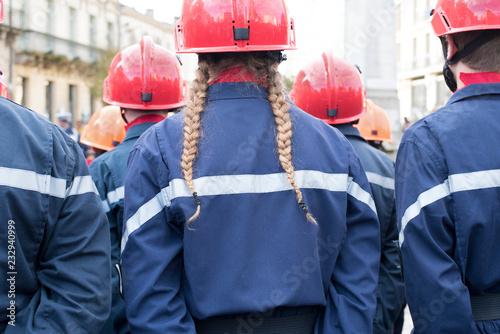 Fotomural jeune fille sapeur-pompier