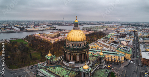 Fotografía  Aerial; autumn cloudscape over the famous Isaak Cathedral in the cultural capita