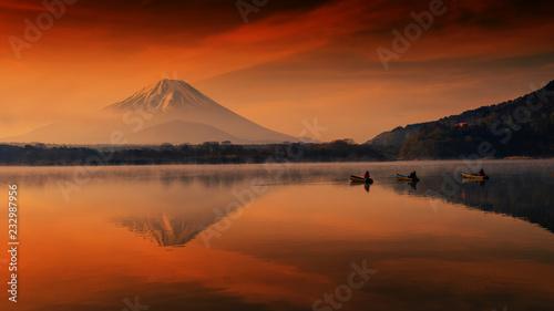 Foto  Fujisan at dawn in Shoji lake with fishermen