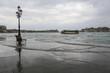 Venedig bei Hochwasser: Blick von der überschwemmten Uferpromenade Fondamenta delle Zitelle (Giudecca) auf den Stadtteil Dorsoduro