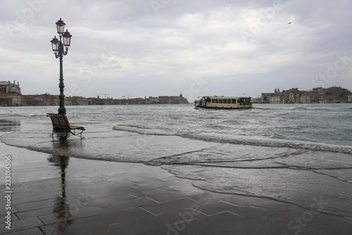 fototapeta na drzwi i meble Venedig bei Hochwasser: Blick von der überschwemmten Uferpromenade Fondamenta delle Zitelle (Giudecca) auf den Stadtteil Dorsoduro
