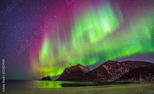 Montage in der Fensternische Aubergine lila Nordlichter auf den Lofoten