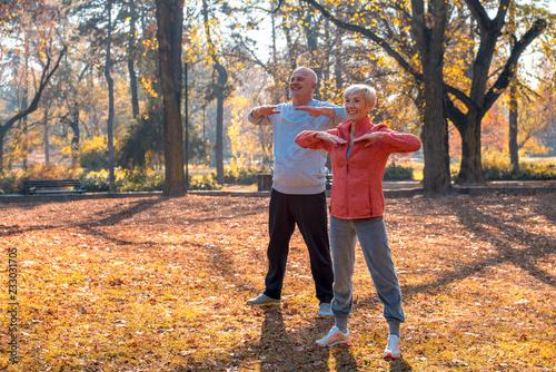 Fotografía  Active senior couple exercising outdoor in park