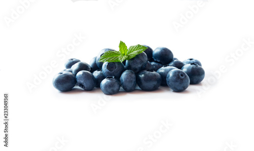 Foto Heap of blueberry fruits with mint leave isolated on white background