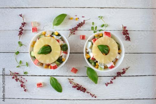 Lekka sałatka z paluszkówk krabowych, ananasa, ogórka i kukrydzy