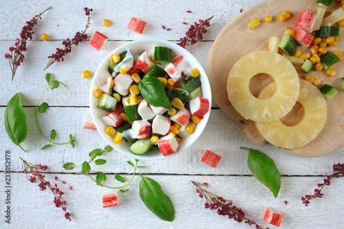 Fototapeta  Lekka sałatka z paluszkówk krabowych, ananasa, ogórka i kukrydzy obraz