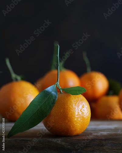 mandarini su un tavolo di legno