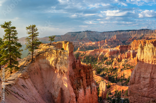 Foto Early Morning view of the Navajo Loop Trail from the Bryce Canyon rim
