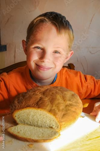 Fotografie, Obraz  Selbstbewusstsein durch Verantwortung - Junge ist stolz auf sein erstes selbst g