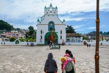 La Gente Están Paseando Al Frente De La Iglesia De San Juan Chamula Chiapas.