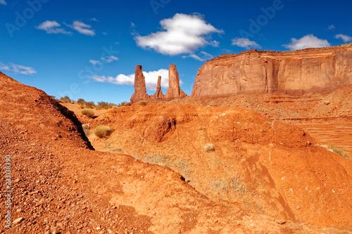 Spoed Foto op Canvas Verenigde Staten Three sisters, Monument Valley, Arizona / Utah / Navajo, USA