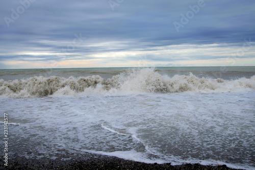 Fotografia  cloudy weather on the black sea coast.