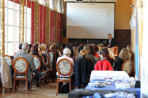 Fototapeta Ludzie w sali na konferencji biznesowej w czasie wykładu. obraz